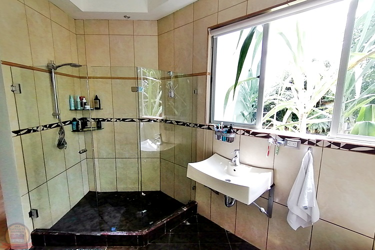 casa 1 nivel 5habs+oficina en santiago San Ramón Alajuela