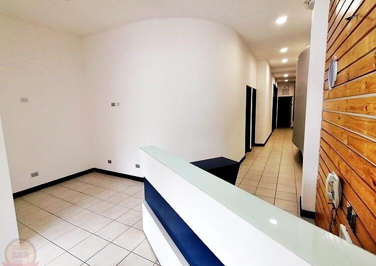 Oficina 110m en Plaza Comercial, Escazú