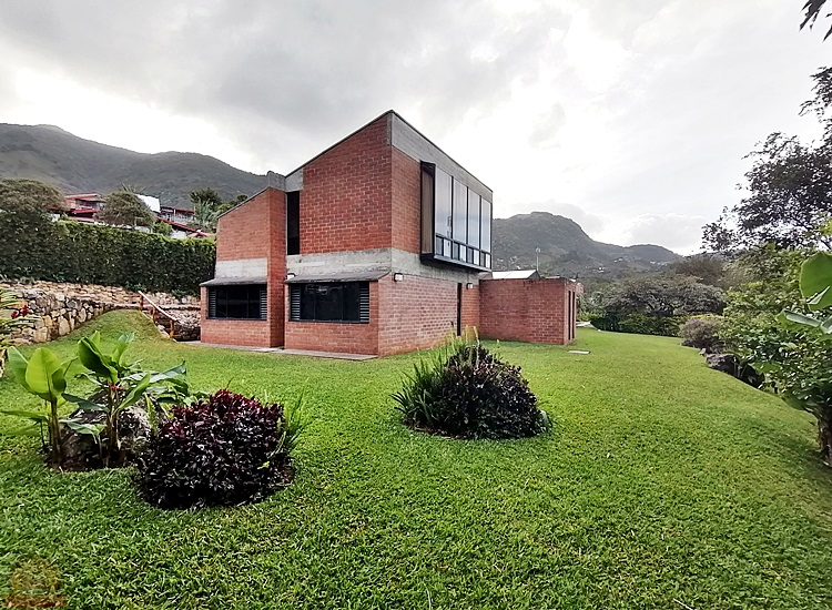 Casa con Piscina de 3,200m en San Antonio Escazú